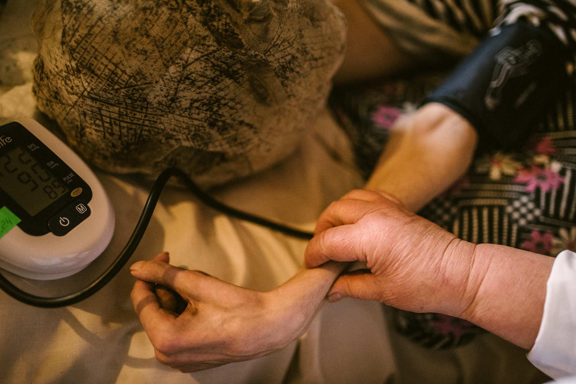 Пенсионерка уже шесть лет одна ухаживает за сыном со сломанным позвоночником