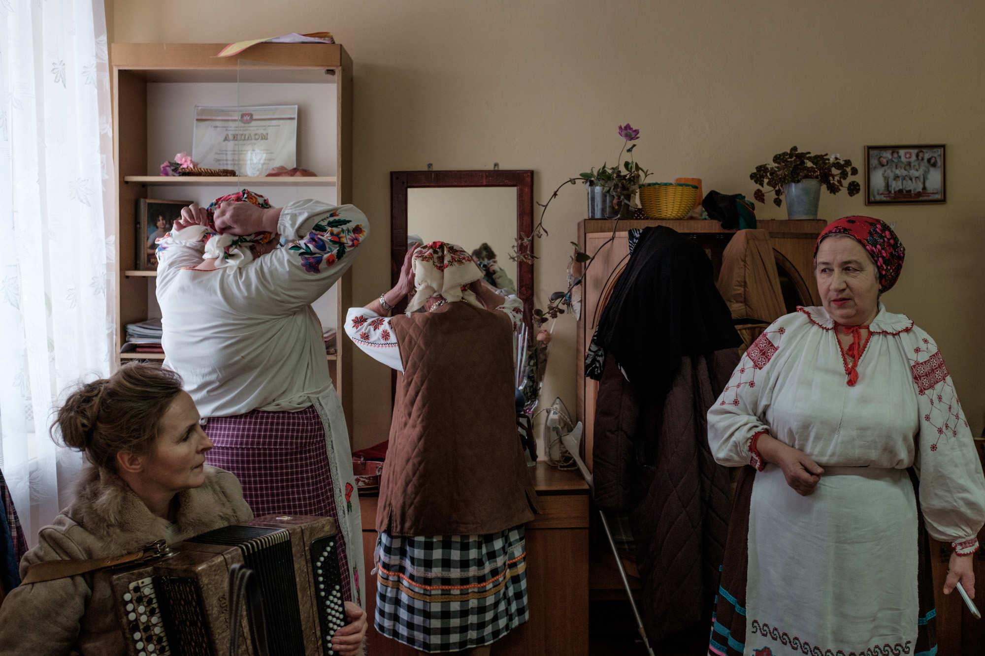 Обычный сельский клуб вырос до таких масштабов благодаря директору Вере Самусевой. На фото она слева с бояном. В 1995 году, когда ей было 26, она стала директором клуба и за 17 лет превратила его в место, куда светиловчане идут и за социализацией, и за досугом. Сейчас Вера в основном отошла от административных дел, но продолжает репетировать.