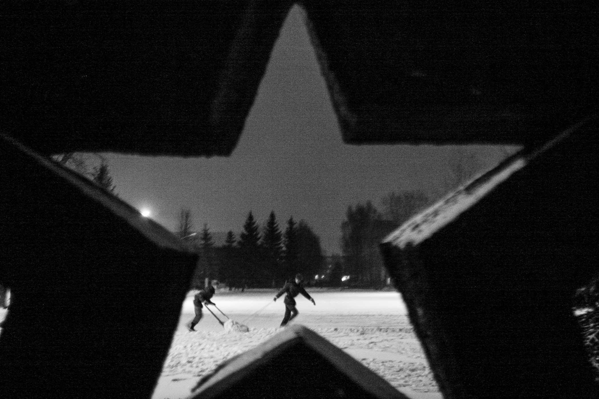 После подъема военнослужащие убирают снег на плацу. Такую работу, как и всю самую сложную, как правило, выполняют «слоны». Срок службы белорусского военнослужащего делится на три равномерных временных отрезка, за которые он перемещается из одной «касты» в другую: «слон» — «черпак» — «дембель».