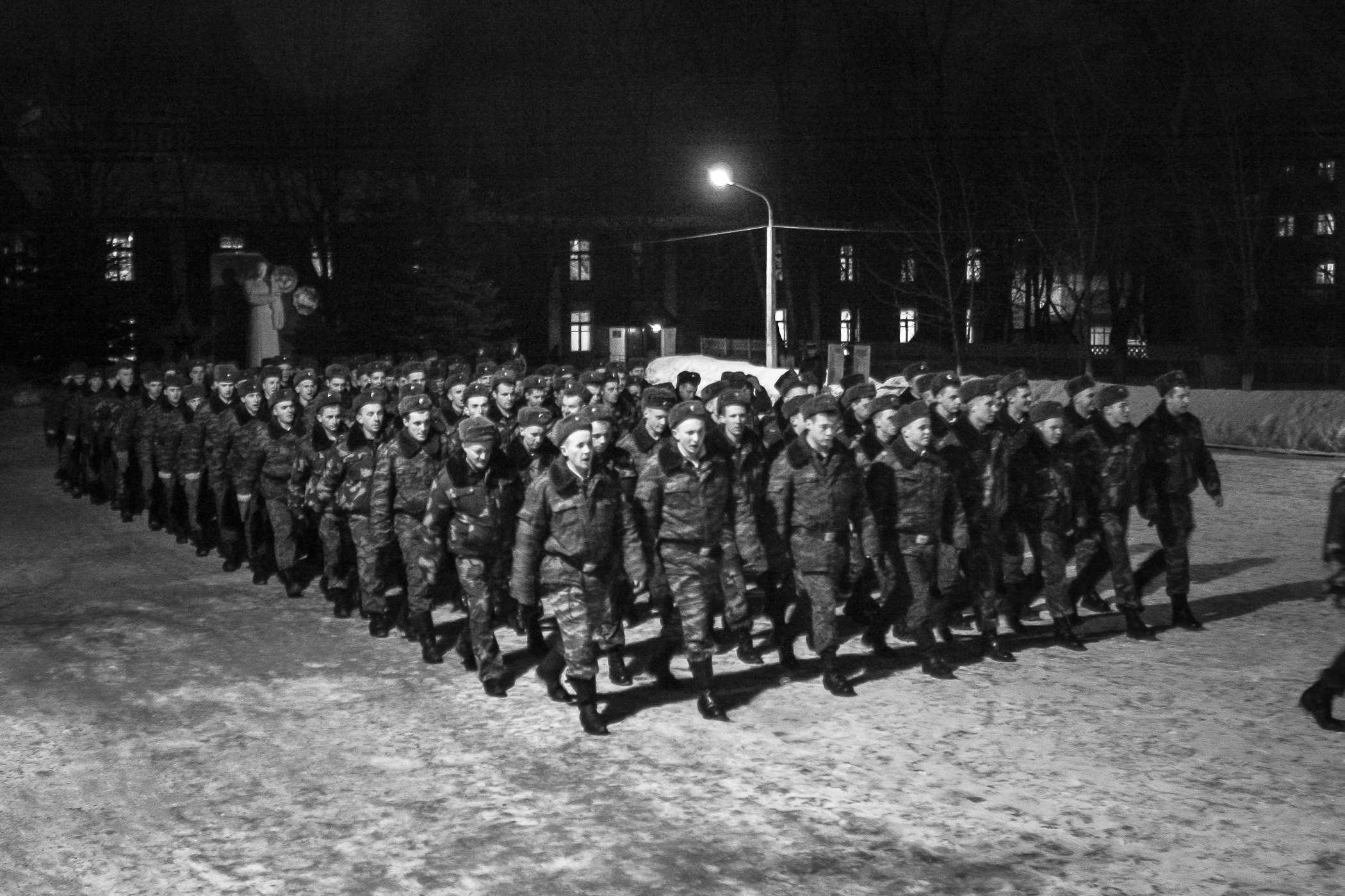 Вечерняя прогулка. Последний день перед увольнением в запас. Солдаты идут общим строем. Старослужащие, то есть дембели, следуют обычно сзади.