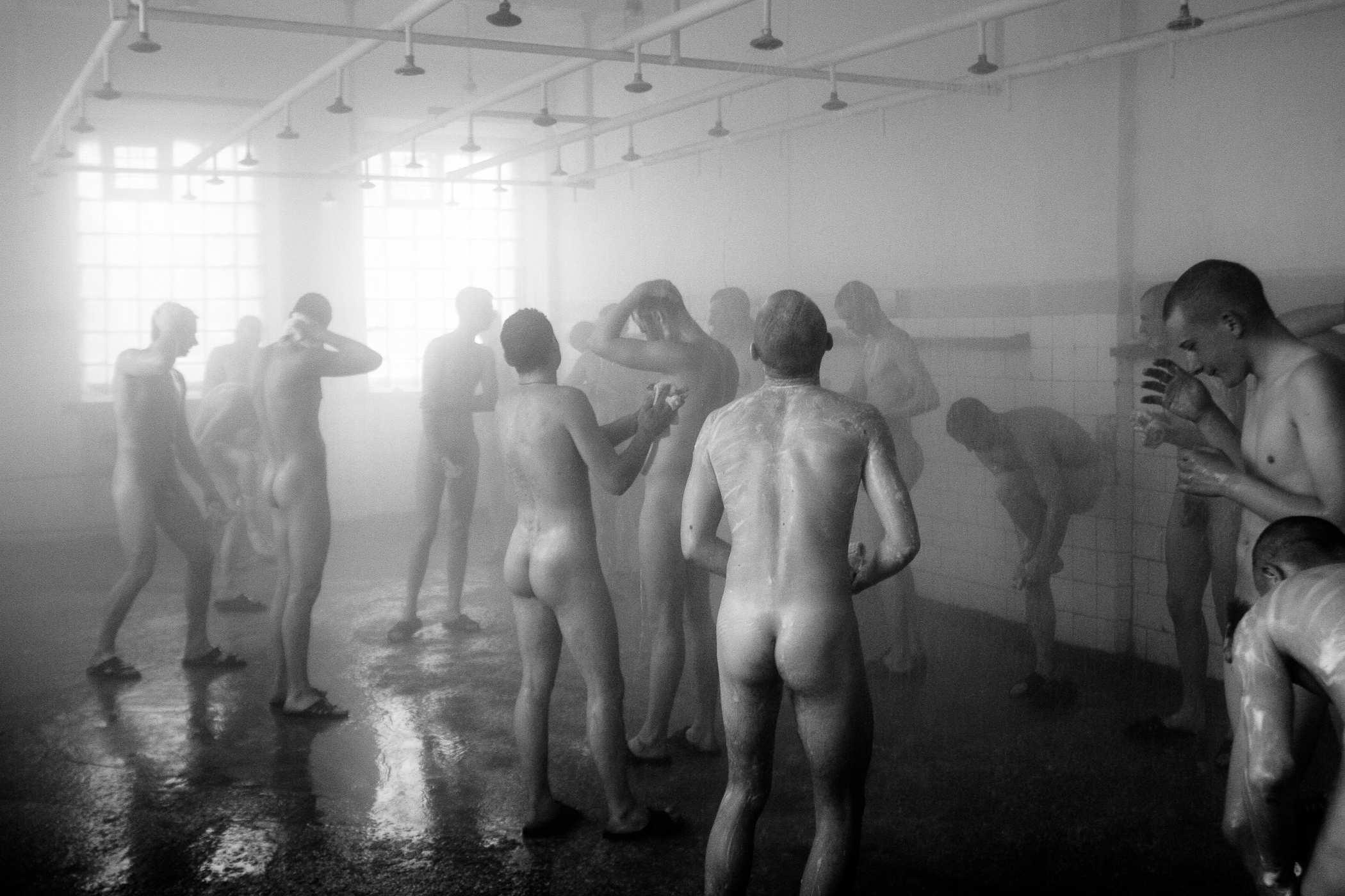 «Дембеля» в бане. Они моются в отдельном помещении, в отдельной душевой. Так положено по иерархии дедовщины, то есть неуставных отношений.