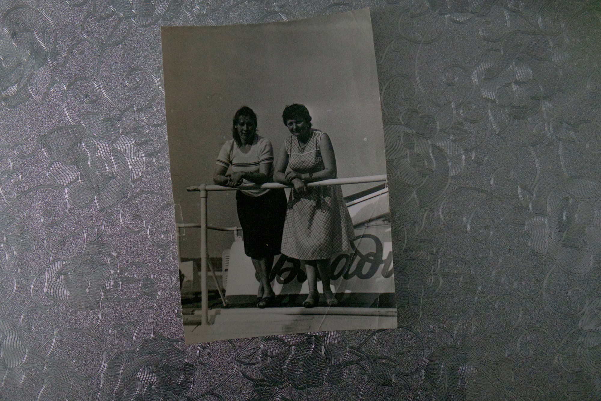 Валентина Кришталева и ее коллега на «Ракете». Навигация «Ракет» начиналась 25 марта и длилась до ноября. Летом в Киев ходило по два рейса в день. Осенью и зимой — по одному. Восемь часов в пути. Теплоход вмещал 54 пассажира. Билет из Гомеля до Киева стоил восемь рублей, почти вдвое дороже, чем на поезде. За эти деньги в то время можно было купить четыре кило свинины. Но на «Ракете» никогда не было свободных мест. В то время не все могли себе позволить выехать на море. А Киевское водохранилище, по которому «Ракета» шла два часа — широкое как море. Плывешь и берегов не видно. Но больше всего пассажирам нравилось шлюзование. Настоящий аттракцион. На стыке водохранилища и Днепра стояли шлюзы. «Ракету» загоняли в шлюз и 30 минут спускали вниз с высоты девятиэтажного дома.
