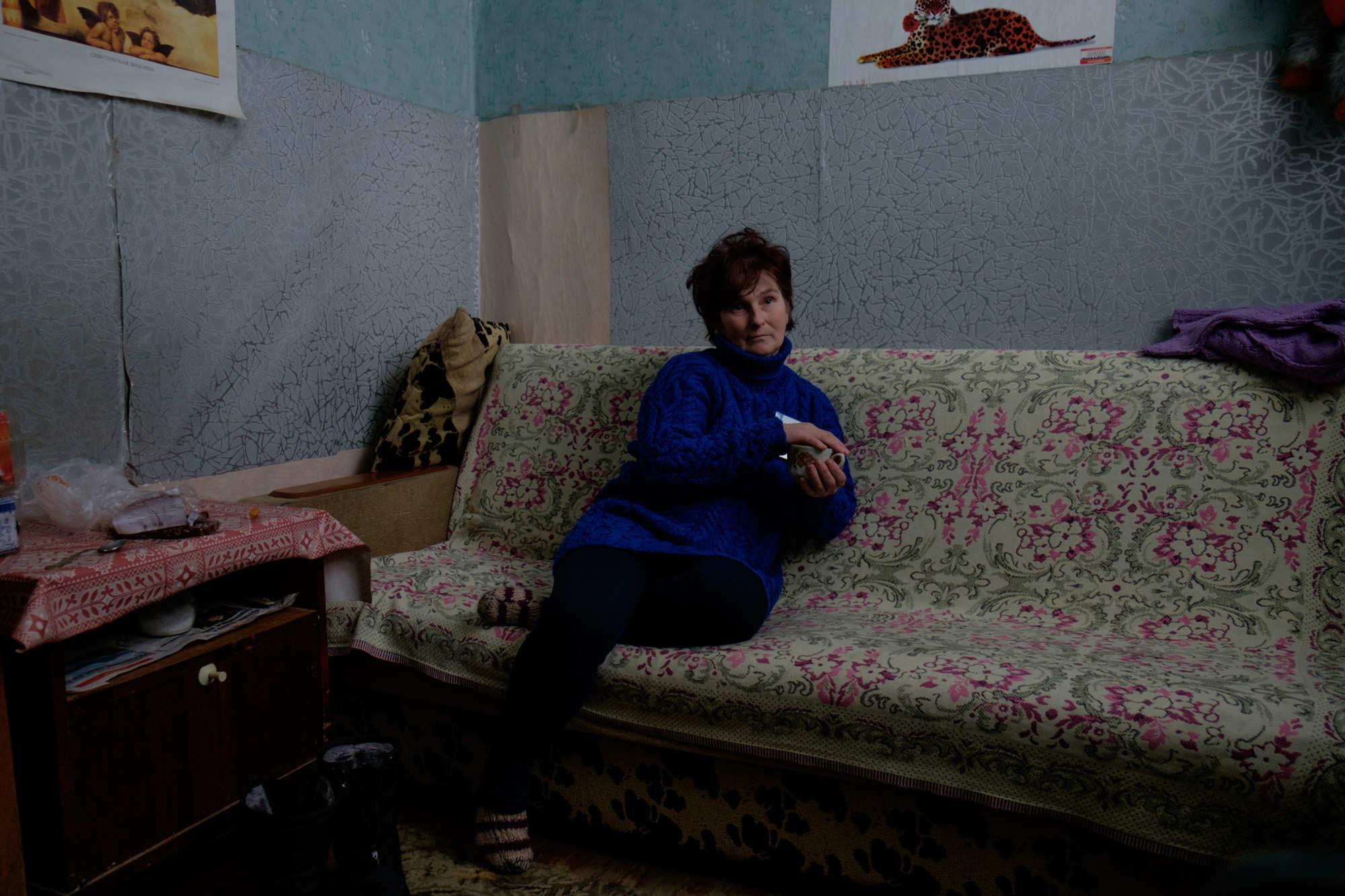 Татьяна Александровна 10 лет отработала поваром на грузовом судне: «26 апреля, когда взорвался Чернобыль, мы как раз были в рейсе. Я стою на палубе, смотрю в бинокль на радиоактивное облако и думаю, что, наверное, будет дождь. Грузовые судна не переставали курсировать по реке. Когда мы шли через эту территорию пустые, люди запрыгивали к нам на баржи, спасались, как могли. Где-то в мае меня положили в больницу на капельницы — облучилась».