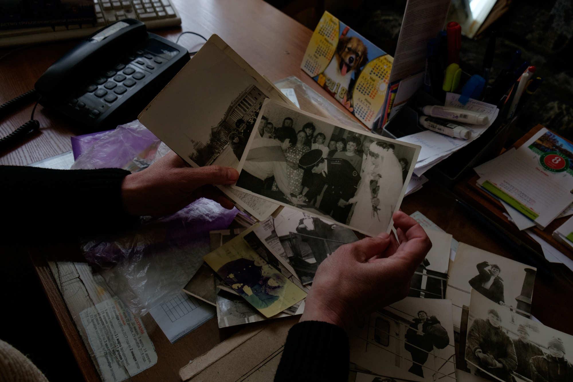 Валентина Кривенкова показывает фотографии со своей свадьбы. Дата росписи — 26 апреля 1986 года.