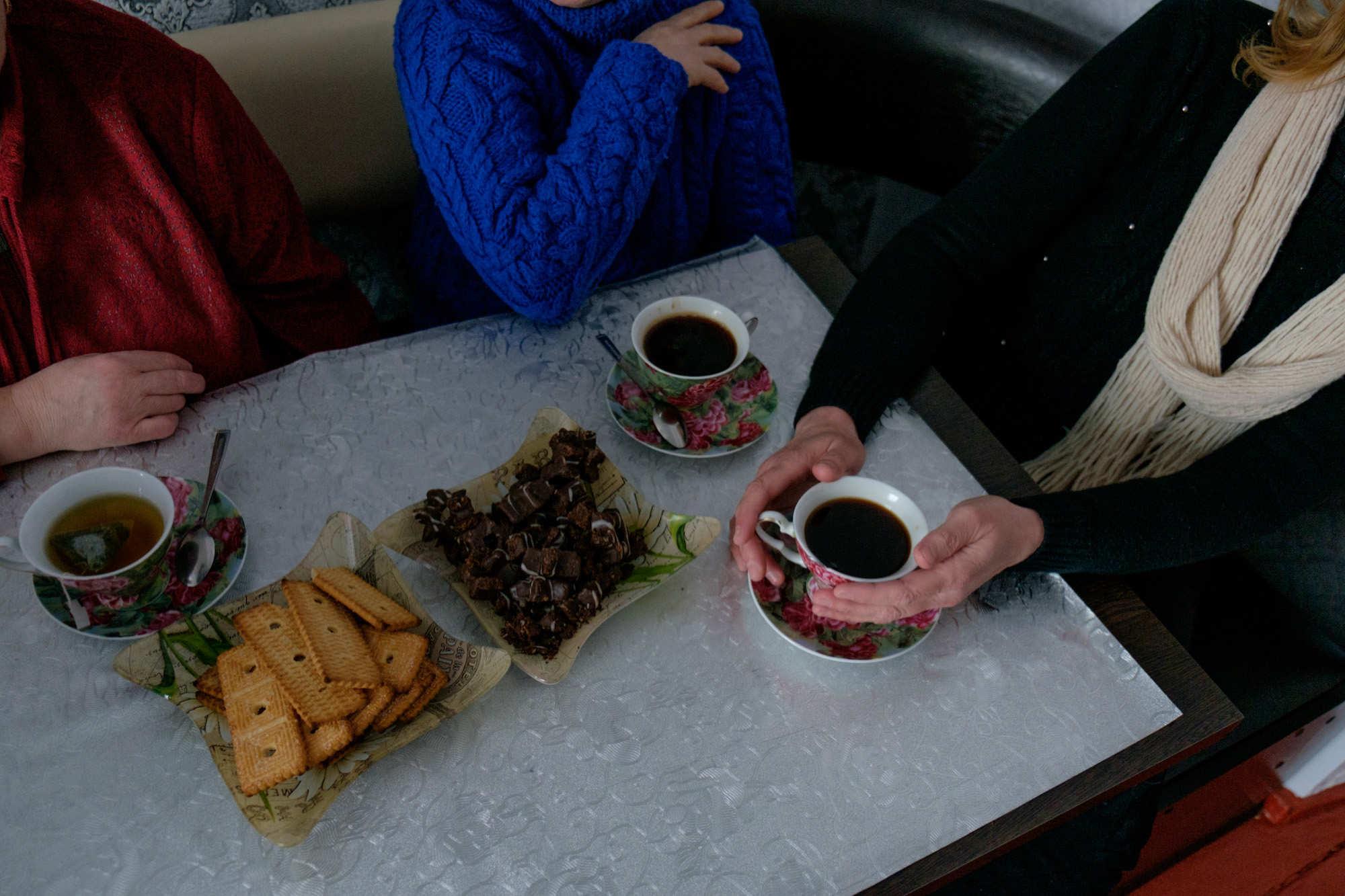 Две Валентины и Татьяна пьют чай и вспоминают флот.