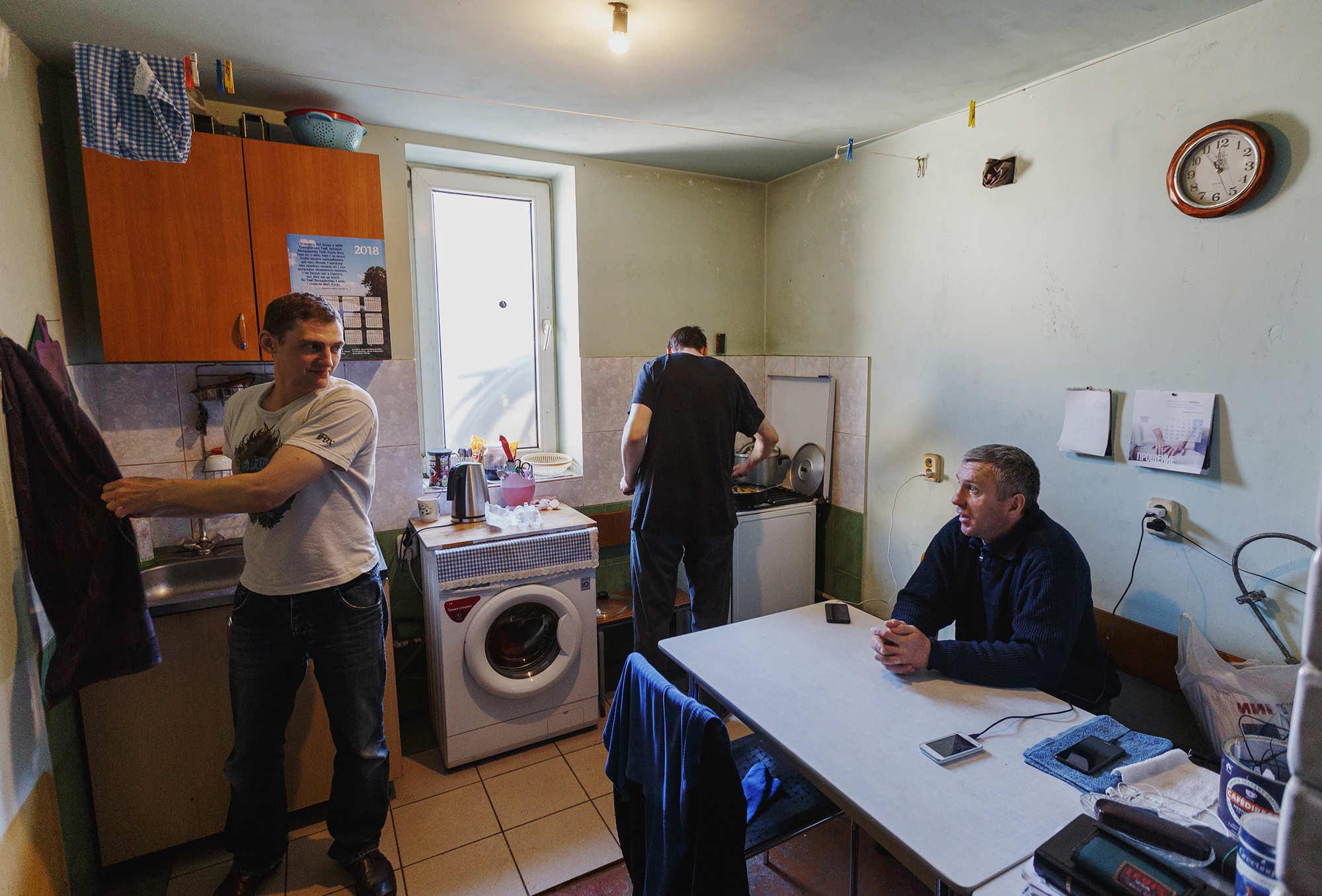 Заднице секс изменила с соседом на кухне